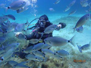 nurek-z-rybami-pod-woda