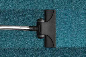 odkurzacz-na-niebieskim-dywanie