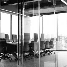 Mycie okien w biurowcach – usługa firmy zewnętrznej